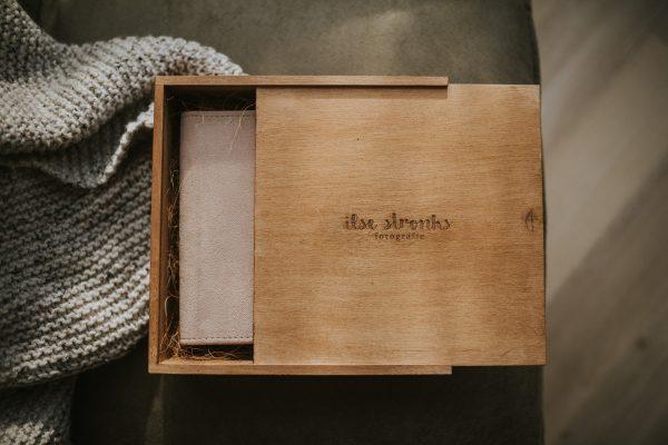 Houten albumbox voor fotografen met lichtroze suede newbornalbum erin in zwartwit