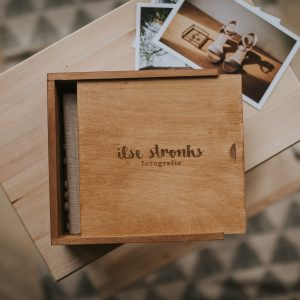 Handmade houten box met mini-album 15x15 cm met logo gegraveerd voor fotografen