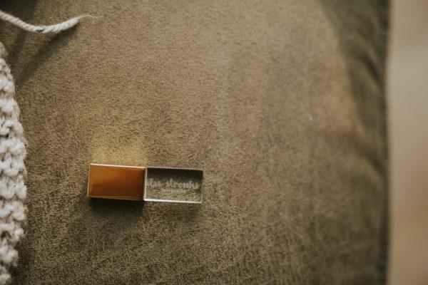 Glazen usb of crystal usb in metallic goud met logo van fotograaf gegraveerd