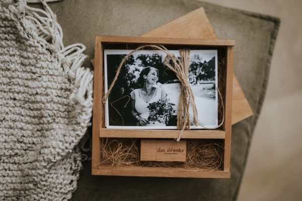 Handmade houten box met foto 10x15 cm en houten usb met logo gegraveerd voor fotografen