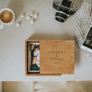 Handmade houten fotobox voor vierkante foto van 15x15 cm met logo gegraveerd voor fotografen