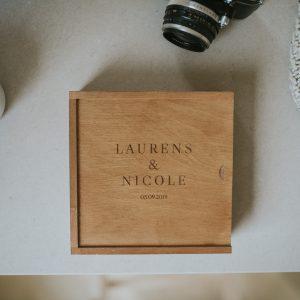 Handmade houten fotobox voor vierkante foto van 15x15 cm of mini-album van 15x15 cm met logo gegraveerd voor fotografen